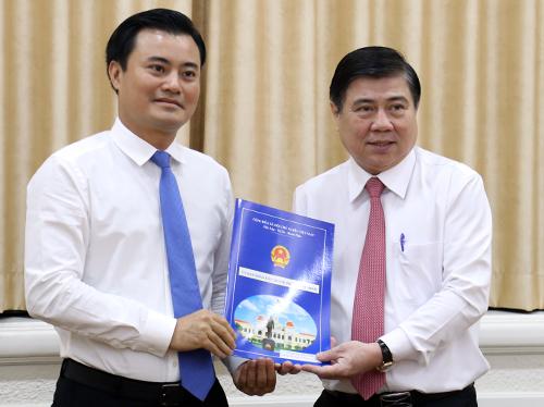 Chủ tịch UBND TP HCM Nguyễn Thành Phong trao quyết định cho ông Bùi Xuân Cường. Ảnh: Hữu Công