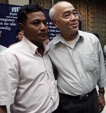Norng Chan Phal (trái) và ông Hồ Văn Tây tại Campuchia năm 2009. Ảnh: Reuters.