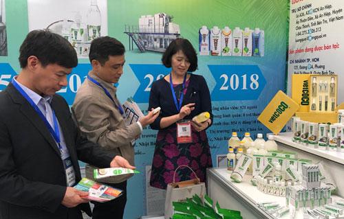 Sản phẩm dầu dừa tách bằng công nghệ không gia nhiệt giới thiệu tại triển lãm Quốc gia về nông nghiệp, nông dân, nông thôntổ chức ngày 26-27/11 tại Hà Nội. Ảnh: Đoàn Nguyễn.