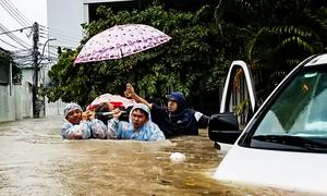 Những thầy thuốc liều mình cứu người trong bão