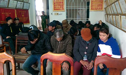 Số người đánh bạc bị tạm giữ. Ảnh: Mai Nguyễn.