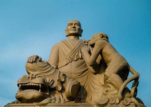 Tượng Thiền sư Vạn Hạnh trên núi Tiêu ở Bắc Ninh. Ảnh: btgcp.gov.vn