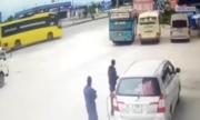 Tránh xe tải sang đường, ôtô khách lao vào quán cơm