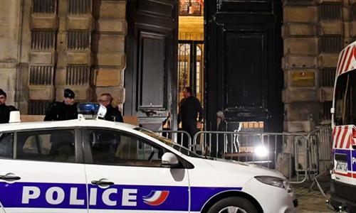 Cửa vào văn phòng của Griveaux ở Paris bị phá hoại.Ảnh: AFP.