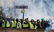 Người biểu tình 'áo vàng' ném hơi cay, đốt lửa chặn cảnh sát Pháp