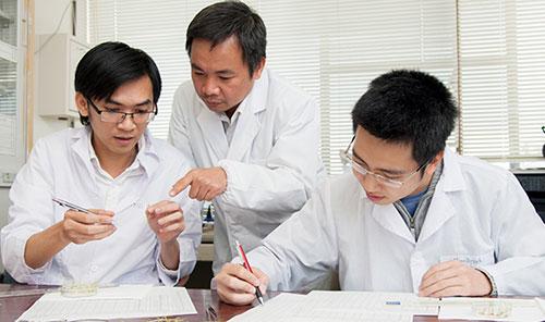 PGS Trần Đăng Xuân (giữa) đang hướng dẫntại Phòng thí nghiệm.