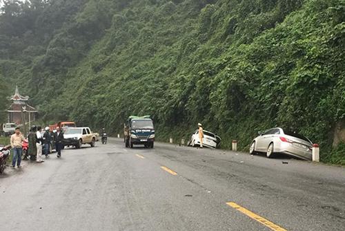 Năm xe ô tô tông liên hoàn khiến bốn người bị thương nhập viện cấp cứu. Ảnh: Quang Hà