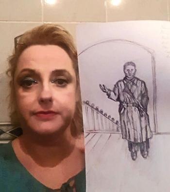 Sharon tin rằng người đàn ông da đen mặc áo choàng ở Mỹ chính là mình của kiếp trước. Ảnh: Mirror.