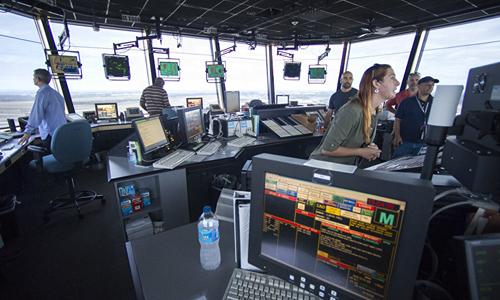 Các nhân viên kiểm soát không lưu làm việc tại sân bay quốc tế Dulles, bang Virginia, Mỹ. Ảnh: AP.