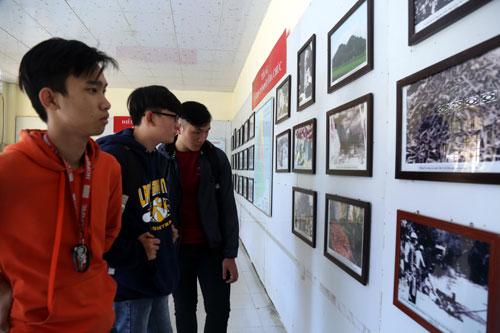Các bạn trẻ tham quan di tích lịch sử Ba Chúc, huyện Tri Tôn (An Giang) - một điểm nóng trong cuộc chiến tranh biên giới Tây Nam 1979. Ảnh: Phước Tuấn.