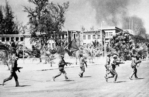 Các lực lượng vũ trang cách mạng Campuchia cùng Quân tình nguyện Việt Nam tiến vào giải phóng Phnom Penh trưa 7/1/1979. Ảnh: TTXVN.