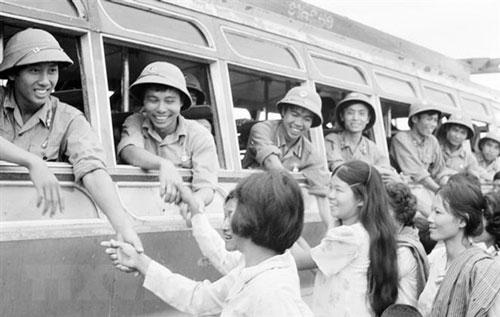 Nhân dân Phnom Penh tiễn đưa các chiến sĩquân tình nguyện Việt Nam hoàn thành nghĩa vụ quốc tế, lên đường trở về Tổ quốc. Ảnh: TTXVN.