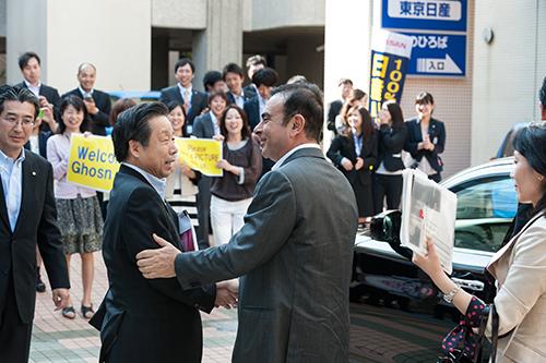 Ghosn được chào đón nồng nhiệt khi tới thăm một đại lý Nissan tại Tokyo năm 2012. Ảnh: Nissan