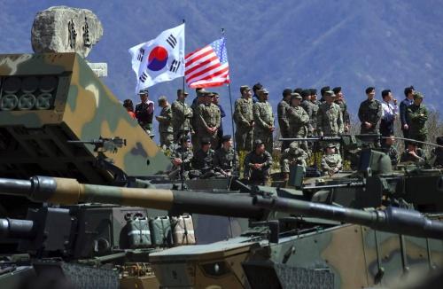 Quân đội Mỹ - Hàn trong một cuộc diễn tập chung. Ảnh: WSJ.