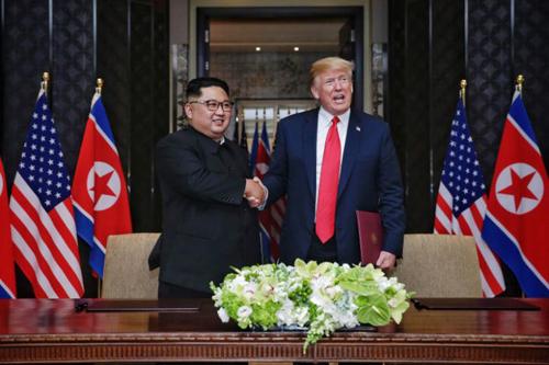 Trump (phải) và Kim Jong-un tại hội nghị thượng đỉnh đầu tiên ở Singapore tháng 6/2018. Ảnh: Straits Times.