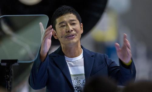 Maezawa trong lễ công bố khách hàng lên Mặt Trăng của SpaceX. Ảnh: AFP.