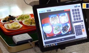 Sinh viên Trung Quốc sáng chế máy tính tiền suất ăn trong căng tin