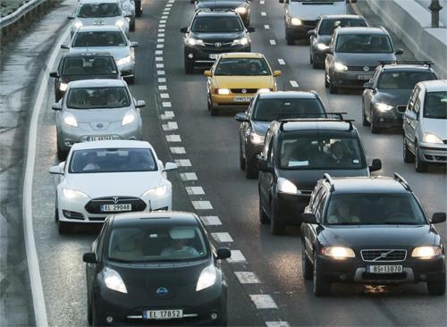 Trong bức ảnh chụp một con đường ở Na Uy, có thể dễ dàng nhận ra một số mẫu ôtô điện thuộc các thương hiệu như Nissan hay Tesla. Ảnh: AP.