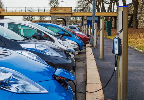 Tất cả các thành phố ở Na Uy đều có rất nhiều điểm sạc dành cho ôtô điện. Ảnh: The Conversation.