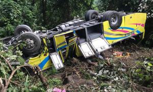 Hiện trường vụ xe chở sinh viên lao xuống vực đèo Hải Vân