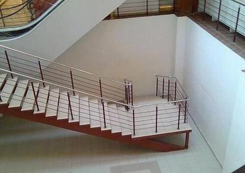 Phía cuối cầu thang.