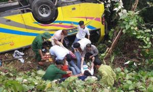 Xe khách chở sinh viên lao xuống đèo Hải Vân, một người chết