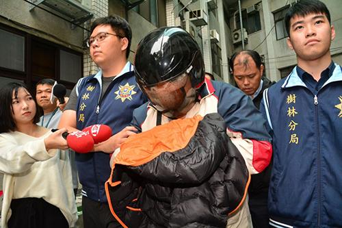 Nghi phạm Ting (giữa) bị cảnh sát Tân Đài Bắc dẫn giải hôm 5/1. Ảnh: CNA