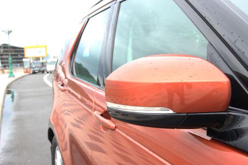 Gương chiếu hậu trên một mẫu Range Rover Discovery.