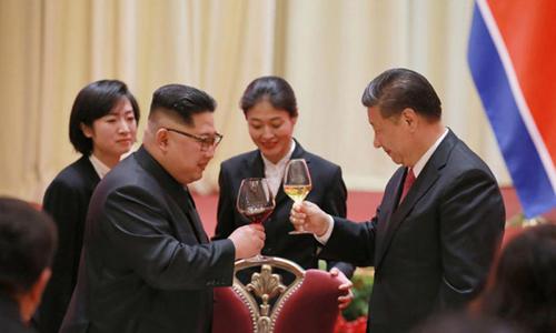 Lãnh đạo Triều Tiên Kim Jong-un (trái) nâng ly cùng Chủ tịch Trung Quốc Tập Cận Bình trong chuyến thăm Trung Quốc hồi tháng 5/2018. Ảnh: KCNA.