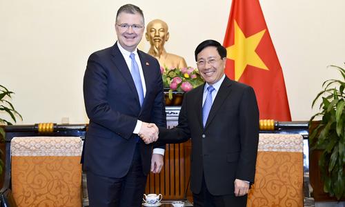 Đại sứ Mỹ Daniel Kritenbrink bắt tay Phó Thủ tướng, Bộ trưởng Ngoại giao Phạm Bình Minh trong cuộc gặp hôm nay. Ảnh: Bộ Ngoại giao Việt Nam.