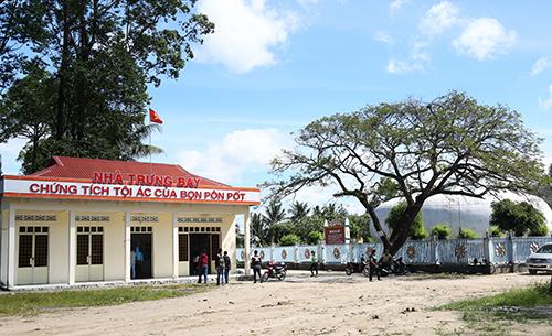 Khu nhà mồ tập thể và nơi trưng bày Chứng tích tội ác Pol Pot được xây dựng bên hông chùa Tam Bửu tại thị trấn Ba Chúc, huyện Tri Tôn, An Giang.