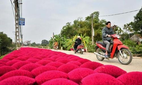 Hương phơi trên con đường vào làng Quảng Phú Cầu. Ảnh: AFP.