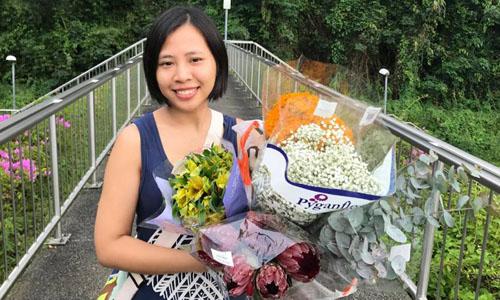 Quỳnh Giang trong một lần đi chợ hoa tại Singapore. Ảnh: NVCC.