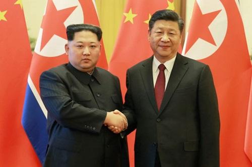 Tập Cận Bình (phải) vàKim Jong-un bắt tay trong chuyến thăm Bắc Kinh của lãnh đạo Triều Tiên tháng 3/2018. Ảnh: Reuters.