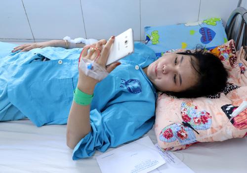 Nạn nhân Phi Nhung vẫn chưa dám điện thoại báo tin cho gia đình. Ảnh: Nguyễn Đông.