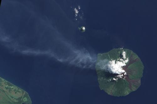 Núi lửa Manam phun trào nhìn từ vệ tinh hôm 7/1. Ảnh: NASA.