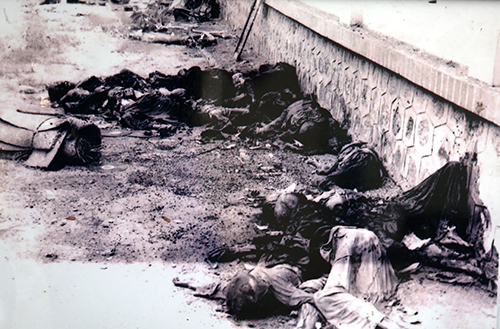 Thi thể người dân Ba Chúc bị Pol Pot sát hại bên hông chùa Phi Lai, tháng 4/1978. Ảnh: Tư liệu.
