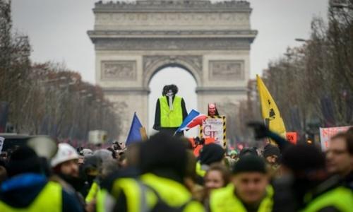 Những người tham gia cuộc biểu tình Áo vàng ở Paris ngày 5/1. Ảnh: AFP.