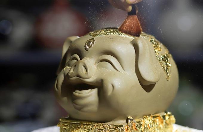 Lợn đất dát vàng giá trăm triệu của nghệ nhân ở Hà Nội