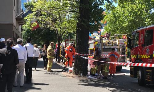 Lực lượng chức năng Australia phong tỏa bên ngoài lãnh sự quán Pháp và Ấn Độ ở Melbourne hôm nay. Ảnh: AAP.