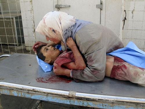 Dhiya Thamer, 6 tuổi, chết trong vòng tay mẹ, sau khi chiếc xe chở gia đình em lọt vào một ổ phục kích ở Baqouba, đông bắc Baghdad tháng 9/2007. Ảnh: Reuters.