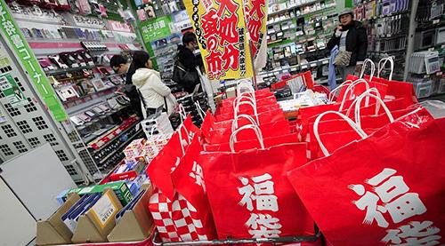 Những chiếc túi may mắn ở một cửa hàng Tokyo. Ảnh: Tokyotreat