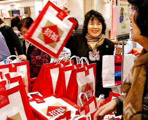 Các nữ khách hàng mua túi may mắn Fukubukuro ở một siêu thị Nhật Bản. Ảnh: Luxuo
