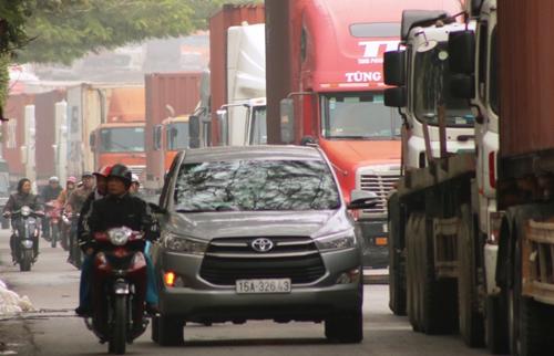 Dòng xe container hàng trăm chiếcđi chung đường với các loại phương tiện khác trên đường phố Hải Phòng. Ảnh: Giang Chinh