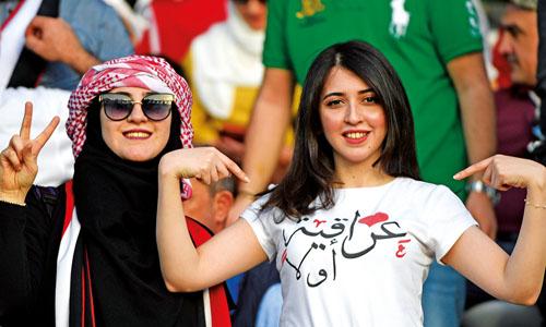 Nữ cổ động viên Iraq mặc áo phông in dòng chữ Iraq trên hết trong trận đấu giữa Iraq và Việt Nam hôm 8/1. Ảnh: AFP.