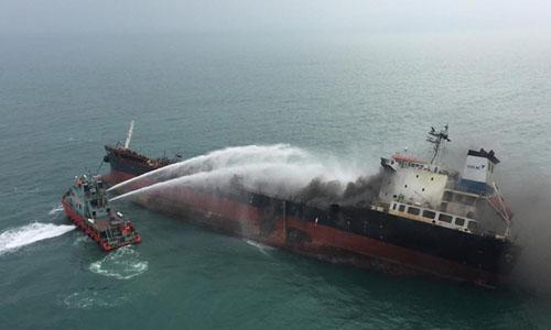 Lực lượng cứu nạn Hong Kong phun nước để làm nguội bớt con tàu. Ảnh: AFP.