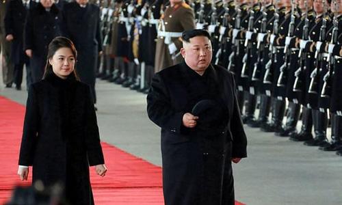 Lãnh đạo Triều Tiên Kim Jong-un và phu nhân Ri Sol-ju khởi hành đi Trung Quốc hôm 7/1. Ảnh: AFP.