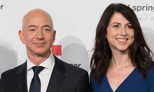 Jeff Bezos và MacKenzie tại Berlin tháng 4/2018. Ảnh: AFP.