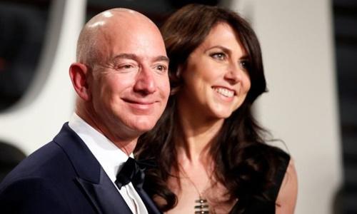 Jeff Bezos và MacKenzie tại bữa tiệc ở California năm 2017. Ảnh: Reuters.