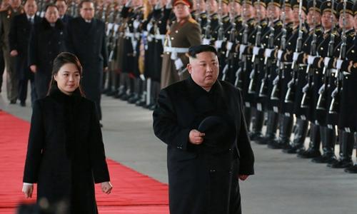 Lãnh đạo Triều Tiên Kim Jong-un và phu nhân Ri Sol-ju duyệt đội danh dự trước khi rời Bình Nhưỡng đến Bắc Kinh ngày 8/1. Ảnh: KCNA.